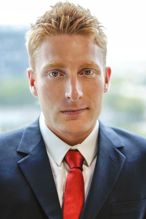 Moderner Manager Businessman in der Gesellschaftskleidung - portr stockbild