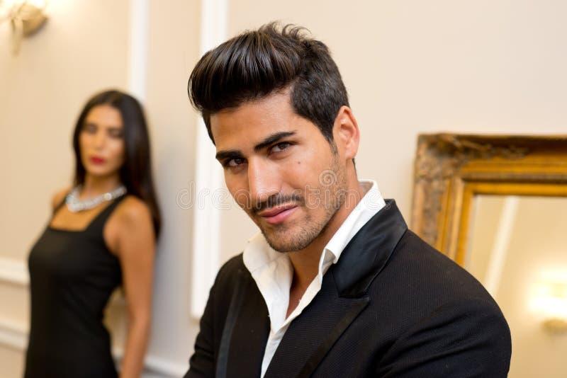 Moderner Mann und weibliches Modell in einer eleganten Einstellung lizenzfreies stockfoto