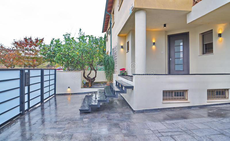 Moderner Mittelmeerhauseingang stockfoto