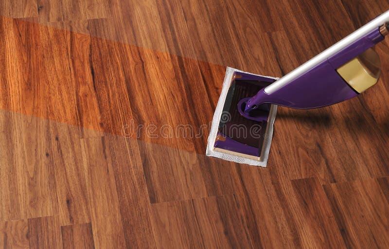Moderner Mopp für Reinigungsbretterboden vom Staub stockbilder