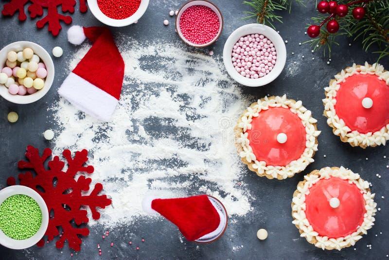 Moderner Nachtisch des Sankt-Hutkuchens für die Winterurlaubpartei - festlich lizenzfreies stockbild