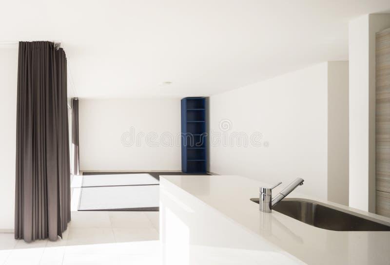 Moderner offener Raum mit Wohnzimmer und Küche lizenzfreies stockbild