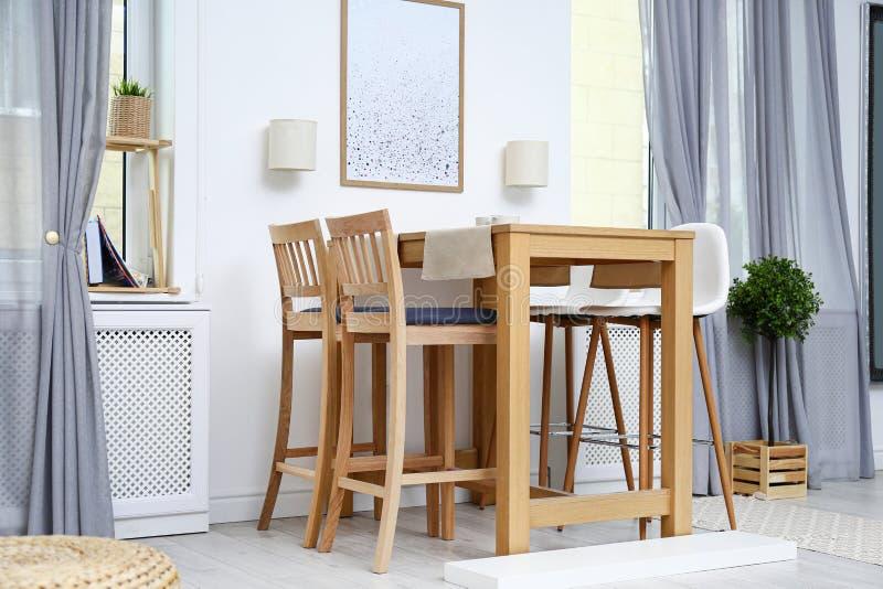 Moderner Rauminnenraum mit Holztisch stockfotos