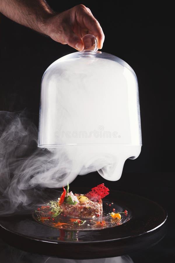 Moderner Restaurantteller Kalbfleisch tartare mit Wachteleinahaufnahme lizenzfreie stockfotografie
