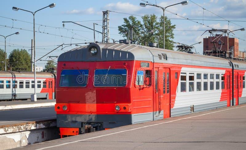 Moderner roter elektrischer Vorstadtzug lizenzfreies stockbild