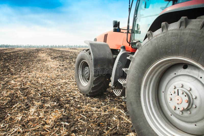 Moderner roter Traktor in der Feldnahaufnahme stockfotos