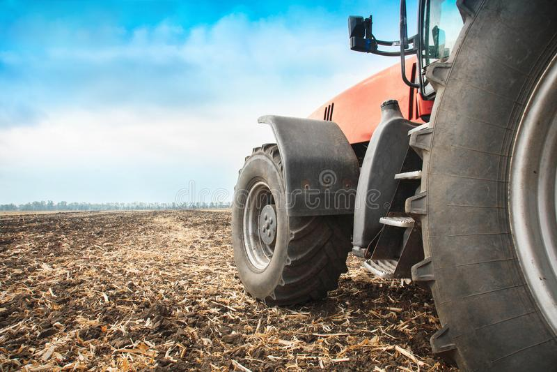 Moderner roter Traktor in der Feldnahaufnahme stockfoto