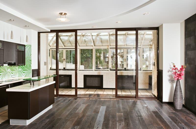 Moderner Salon und Küche mit Balkon lizenzfreie stockfotos