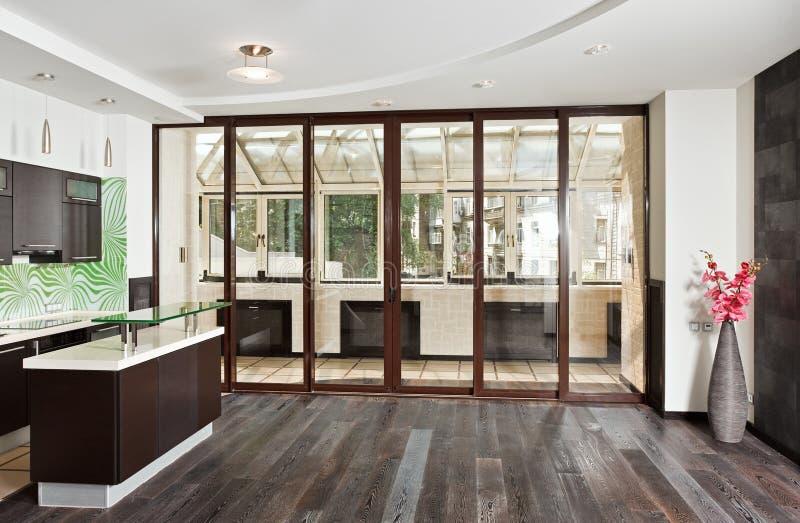 Moderner Salon und Küche mit Balkon lizenzfreies stockfoto