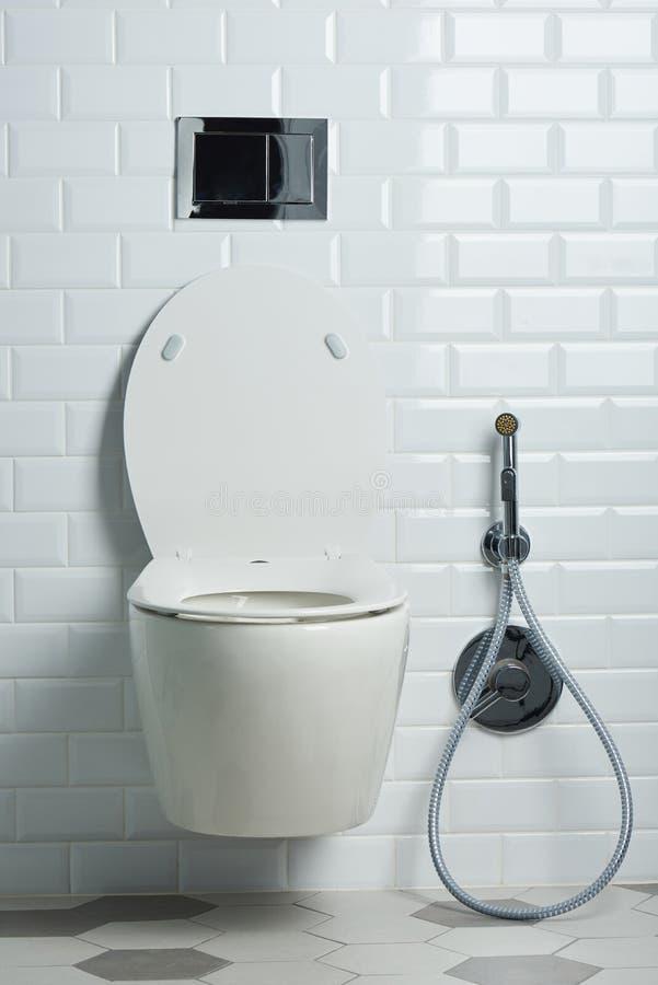Moderner sauberer weißer Toilettensitz stockfotos