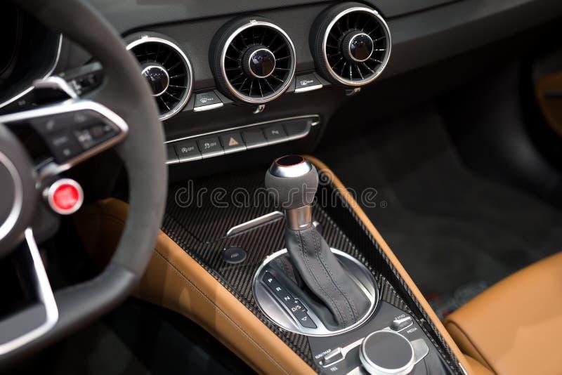 Moderner Schiebegang im Luxusautoinnenraum stockbild