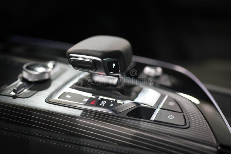 Moderner Schiebegang im Luxusautoinnenraum lizenzfreie stockfotos