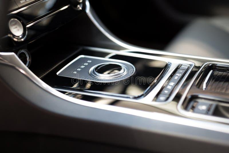Moderner Schiebegang im Luxusautoinnenraum stockfotografie