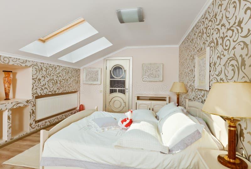 Moderner Schlafzimmerinnenraum in den hellen beige Farben lizenzfreies stockbild