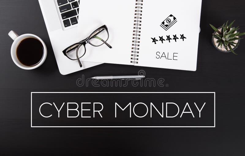 Moderner Schreibtisch mit Cyber-Montag-Mitteilungshomepage stockfoto