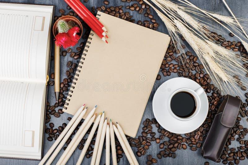 Moderner Schreibtisch mit Notizblock und Kaffee lizenzfreies stockbild