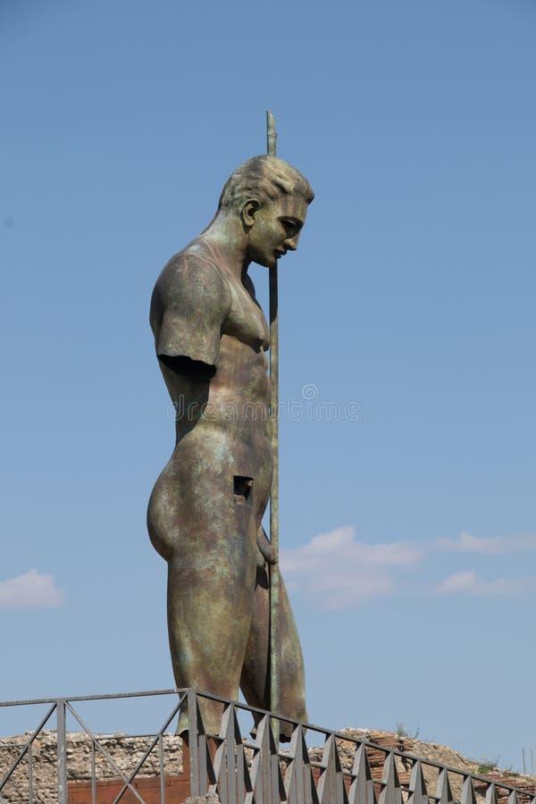 Moderner Skulpturkrieger - Pompeji gegen einen perfekten blauen Himmel stockbild