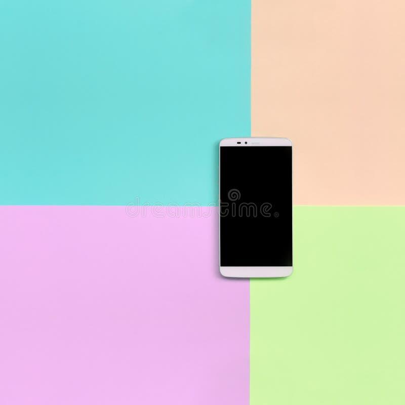Moderner Smartphone mit schwarzem Schirm auf Beschaffenheitshintergrund von Moderosa, Blauen, korallenroten und Kalkpastellfarben lizenzfreie stockbilder