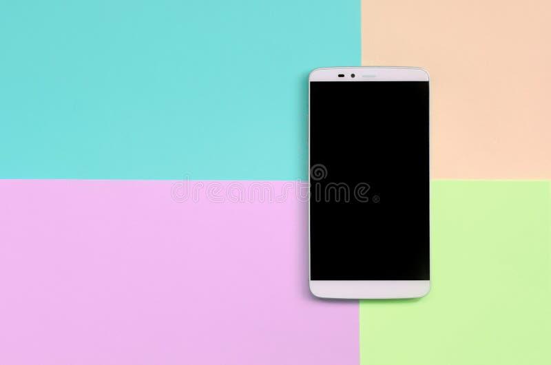 Moderner Smartphone mit schwarzem Schirm auf Beschaffenheitshintergrund von Moderosa, Blauen, korallenroten und Kalkpastellfarben lizenzfreie stockfotografie