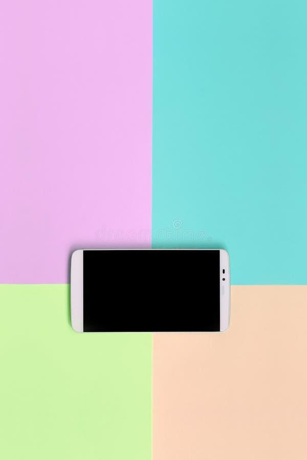 Moderner Smartphone mit schwarzem Schirm auf Beschaffenheitshintergrund von Moderosa, Blauen, korallenroten und Kalkpastellfarben stockbild