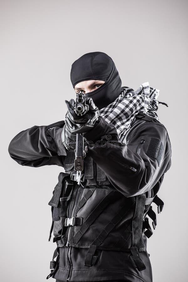 Moderner Soldat mit dem Gewehr lokalisiert lizenzfreie stockfotos