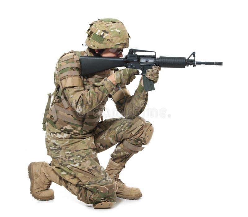 Moderner Soldat mit Gewehr stockfoto