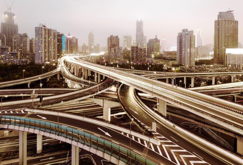Moderner städtischer Viaduct nachts lizenzfreie stockfotografie