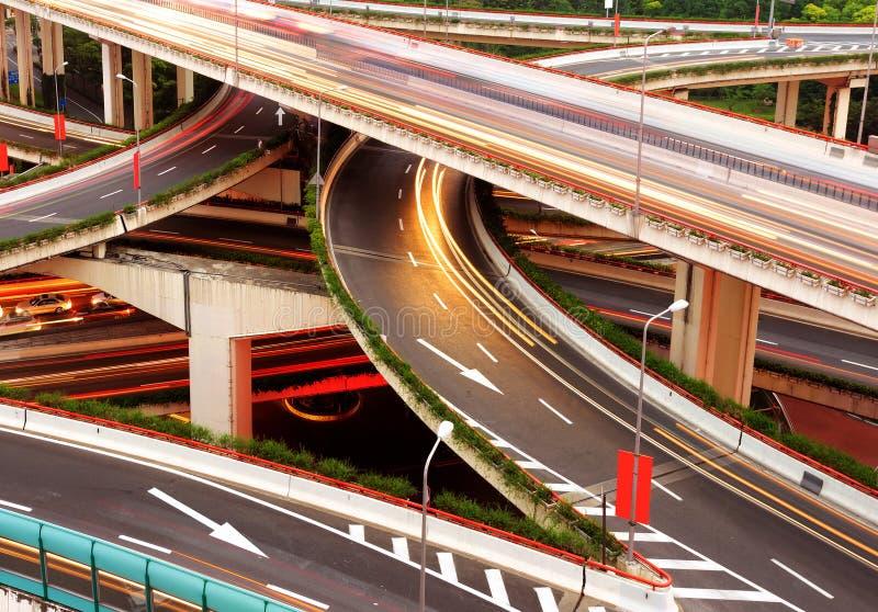 Moderner städtischer Viaduct nachts lizenzfreie stockbilder