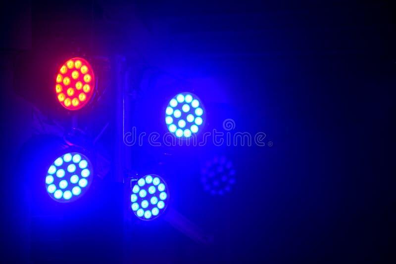Moderner Stadiumsbeleuchtungs-Ausrüstungs-, Roter und Blauerstrahl des Scheinwerferlichts des Stadiums LED auf schwarzem Hintergr lizenzfreies stockfoto