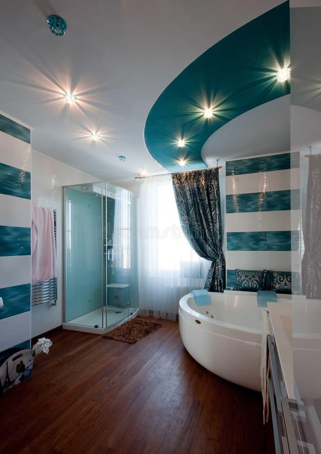 Moderner stilvoller Badezimmerinnenraum lizenzfreies stockfoto