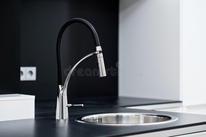 Moderner stilvoller Hahn in der Designküche lizenzfreies stockfoto
