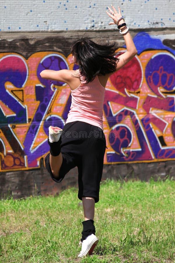 Moderner Tänzer der Frau in der Stadt lizenzfreie stockbilder