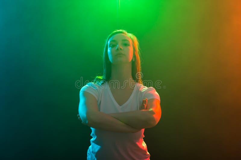 Moderner Tanz, Jazzriesige angst und Leutekonzept - nahes hohes Porträt der jungen Frau auf farbigem Hintergrund lizenzfreie stockfotografie