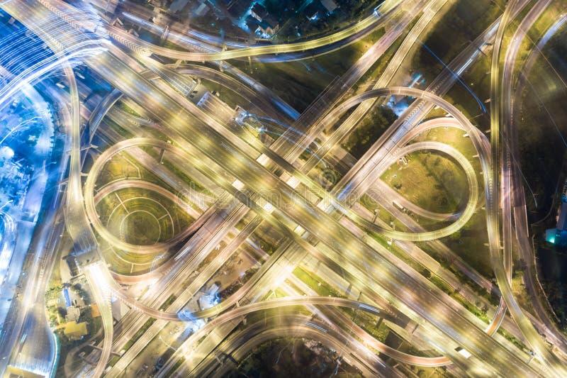 Moderner Transporthintergrund des Draufsichtnachtverkehrs stockfoto