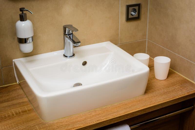 Moderner Waschraum mit Wanne stockfoto