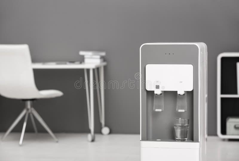 Moderner Wasserkühler stockbilder