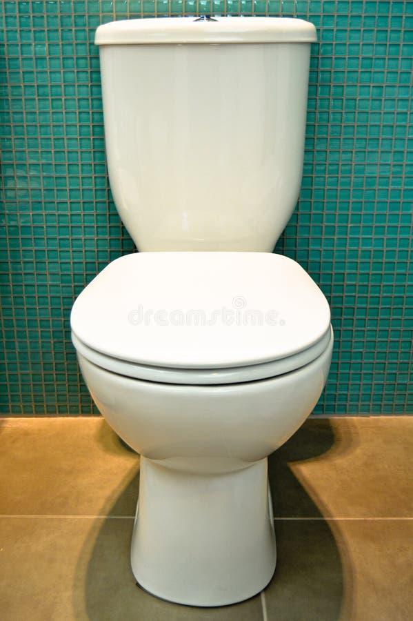Moderner weißer Toilettenwandschrank gesundheitlich lizenzfreie stockfotografie