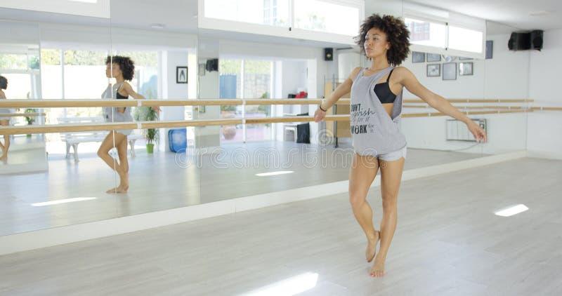 Moderner weiblicher Tänzer im hellen Studioüben stockfotografie
