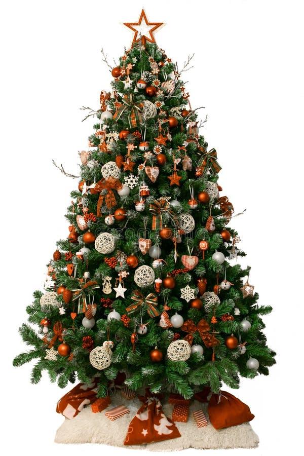 Moderner Weihnachtsbaum verziert mit Weinleseverzierungen und rot-weißen Geschenken Getrennt auf weißem Hintergrund lizenzfreie stockfotografie