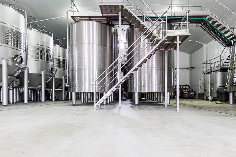 Moderner Weinkeller mit Edelstahlbehältern stockbild