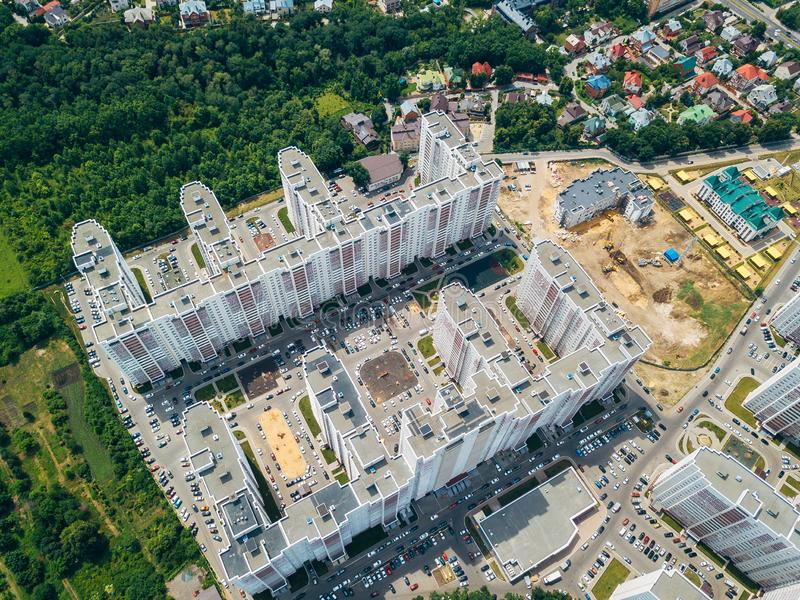 Moderner Wohnkomplex mit Parkplatz in Voronezh, Draufsicht stockfotos