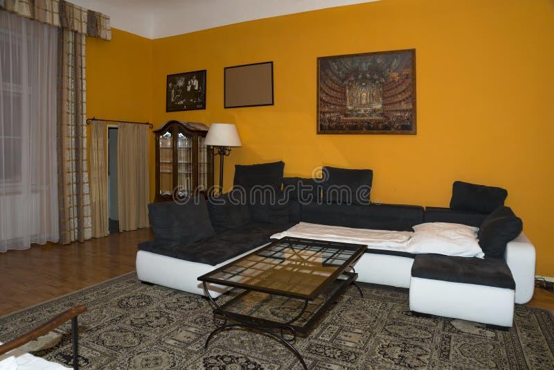 Moderner Wohnzimmerentwurf mit Sofa des wirklichen Hauses stockfotografie