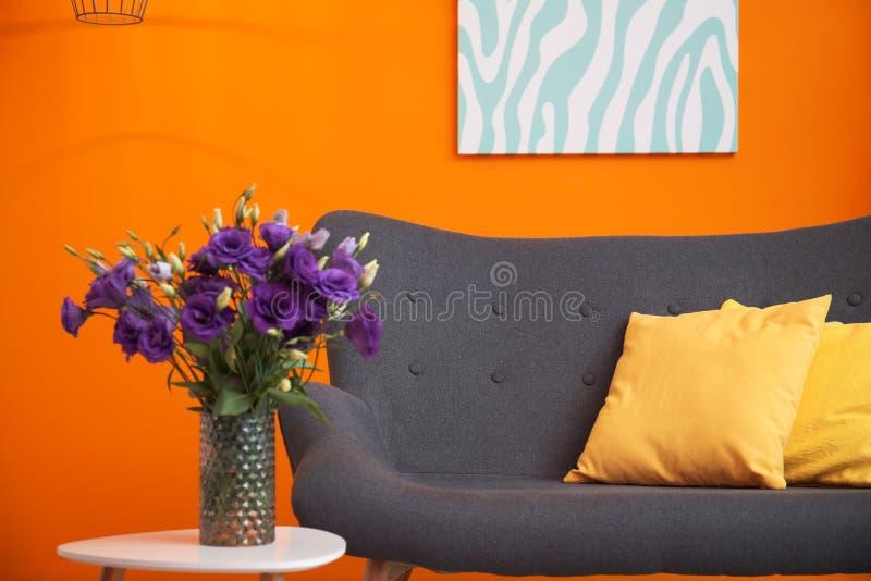 Moderner Wohnzimmerinnenraum mit bequemem Sofa nahe Farbwand stockbilder