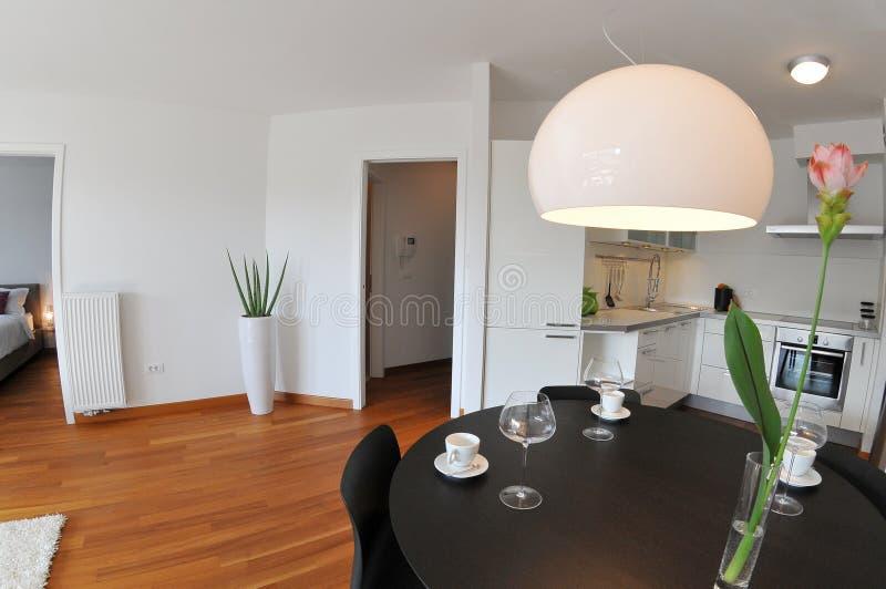 Moderner Wohnzimmerinnenraum mit Küche stockbilder