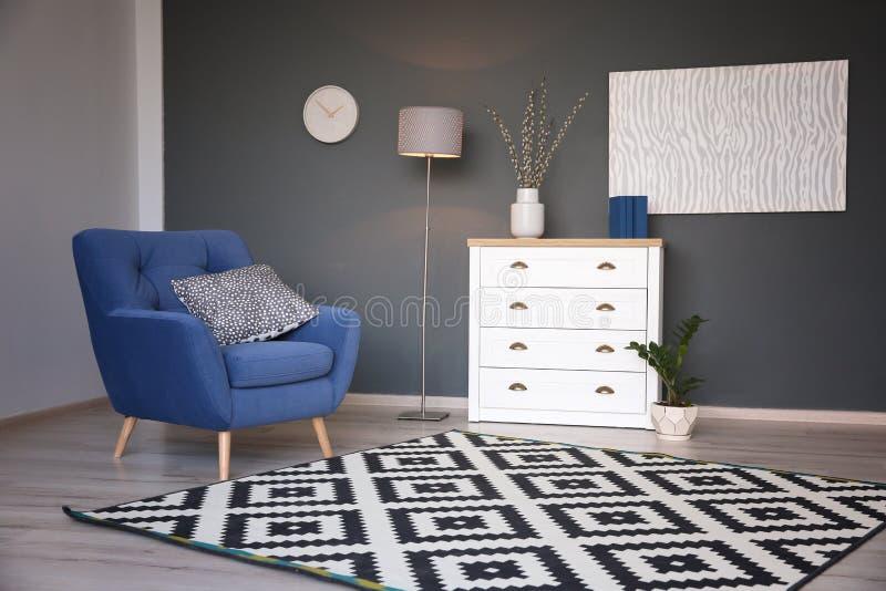 Moderner Wohnzimmerinnenraum mit stilvollem Lehnsessel stockfotografie