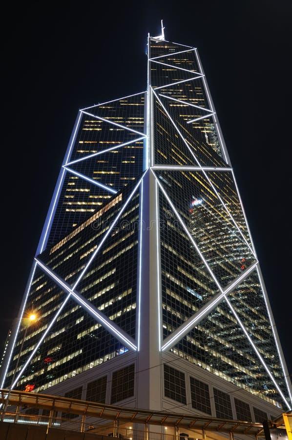 Moderner Wolkenkratzer nachts stockbilder
