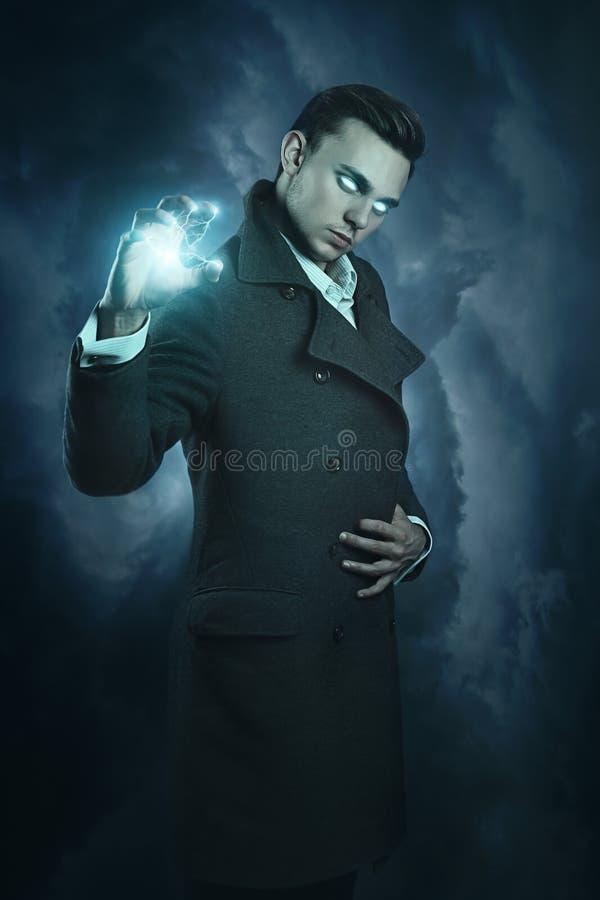 Moderner Zauberer, der Donner nennt stockfotos