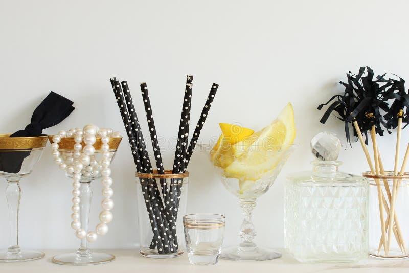 Modernes Abendessen und Cocktails stockfotos