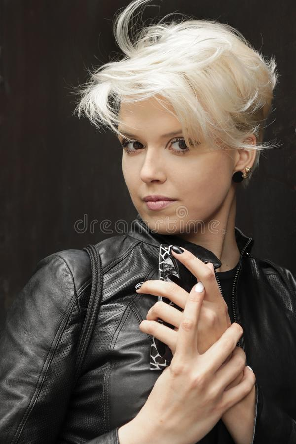 Modernes Aschbeflecken und -haarschnitt auf kurzem Haar auf dem Modell stockfotografie