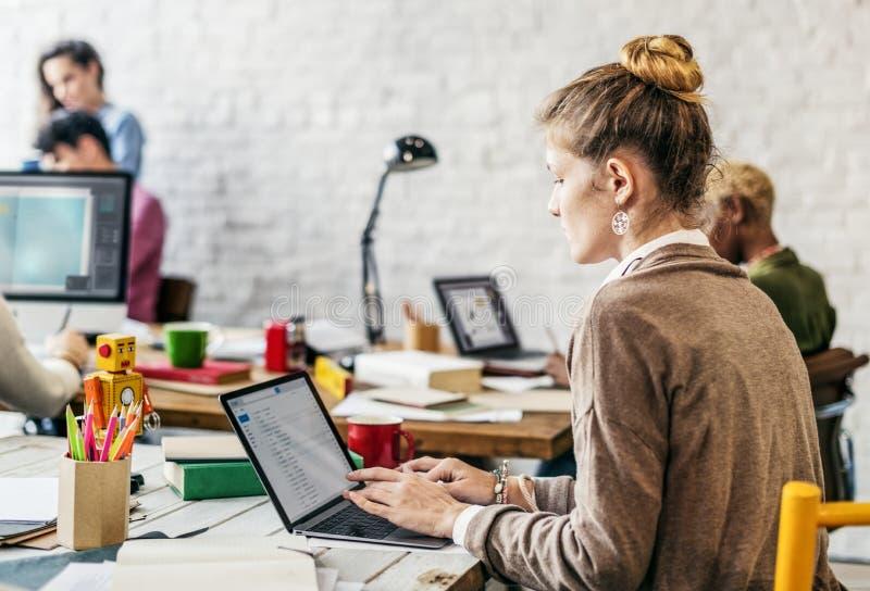 Modernes Büro mit dem Leutearbeiten lizenzfreie stockfotografie